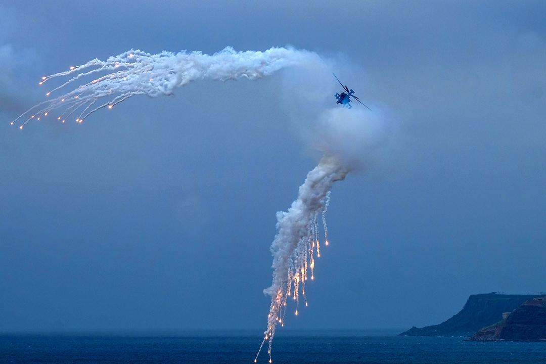 """2017年5月25日,一架美國製造的直升機在離澎湖列島的馬公市約7公里的""""漢光""""演習中發射照明彈。"""