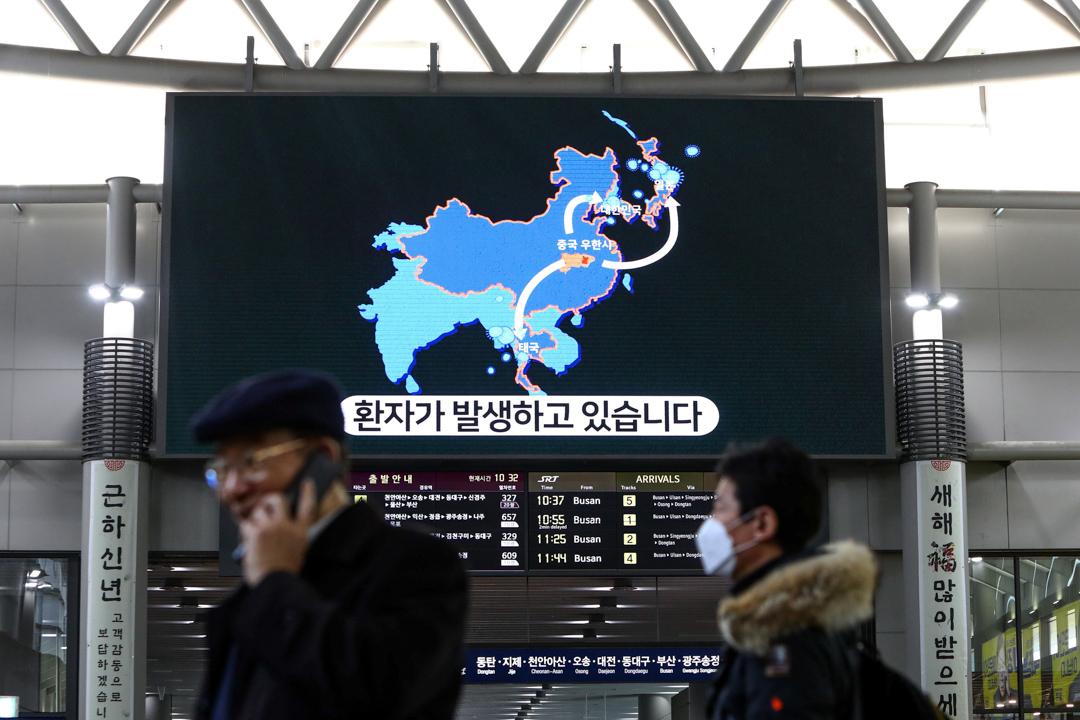 2020年1月24日,韓國首爾高速鐵路站的螢幕上播放著新型冠狀病毒的消息。