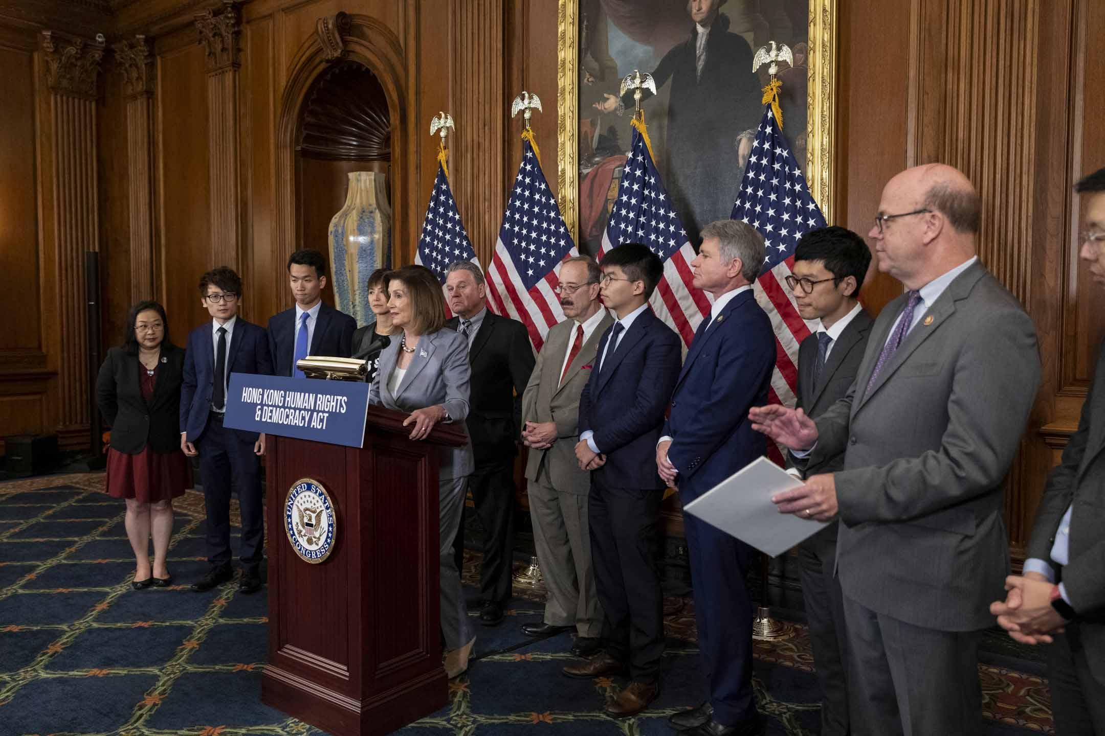 美國眾議院議長佩洛西(Nancy Pelosi)9月在華盛頓召開《香港人權與民主法案》發布會,左一為楊錦霞,右一為朱牧民。 攝:Aurora Samperio/NurPhoto via Getty Images