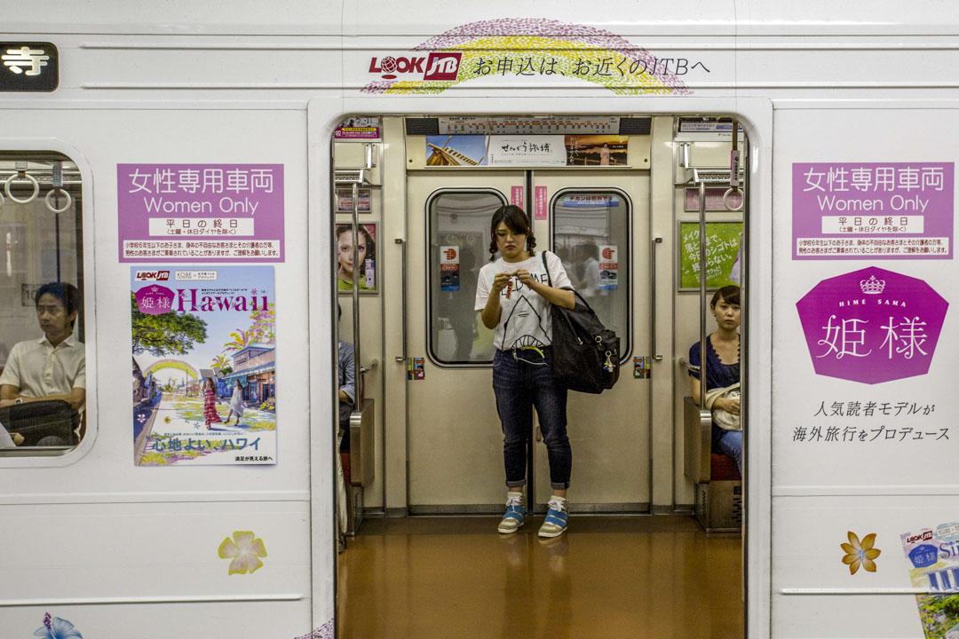 日本大阪,一名女士在女性專用車廂內。 攝:Zhang Peng/LightRocket via Getty Images