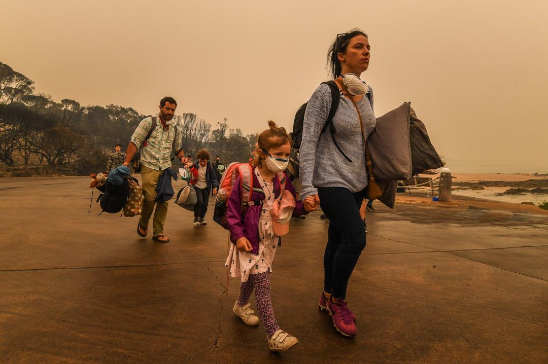 2020年1月2日,澳洲馬拉庫塔的居民因火災而需要撤離,在軍方的協助下離開家園。