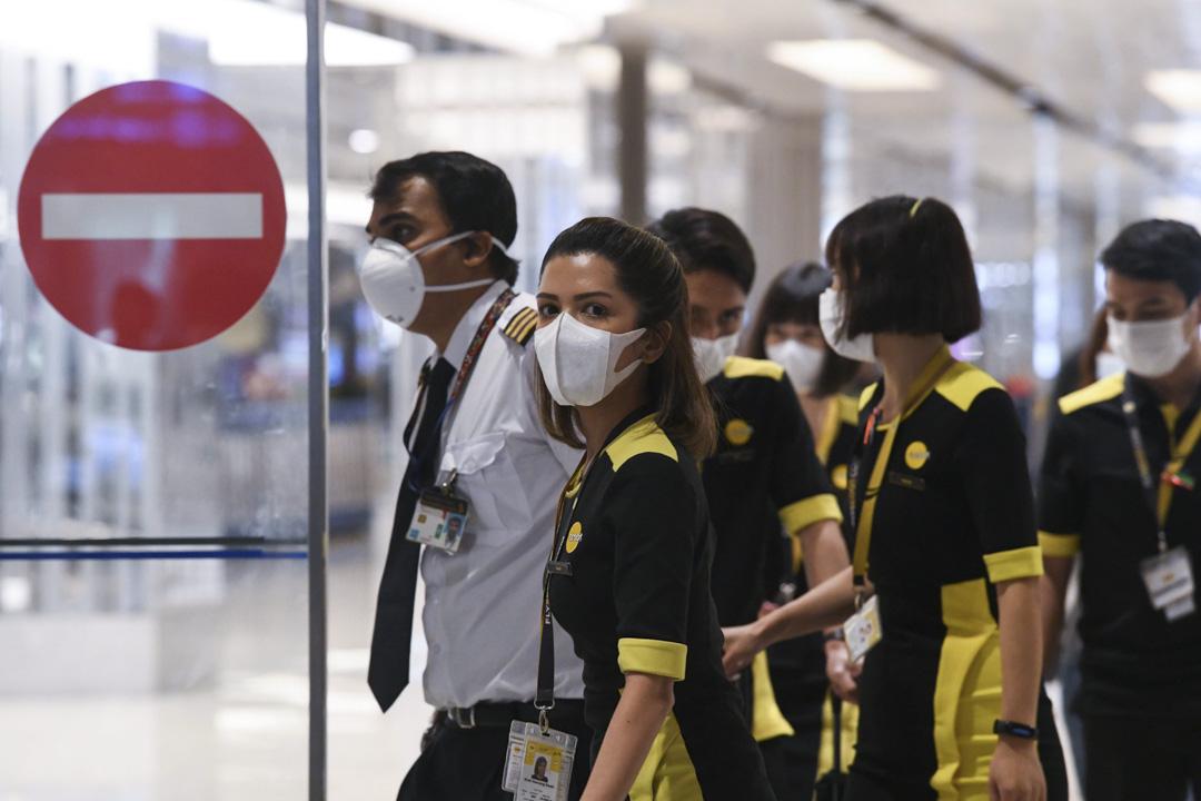2020年1月30日,一架新加坡包機由中國武漢撤離,機上的航空公司機組人員抵達新加坡樟宜國際機場。 攝:Roslan Rahman/AFP via Getty Images