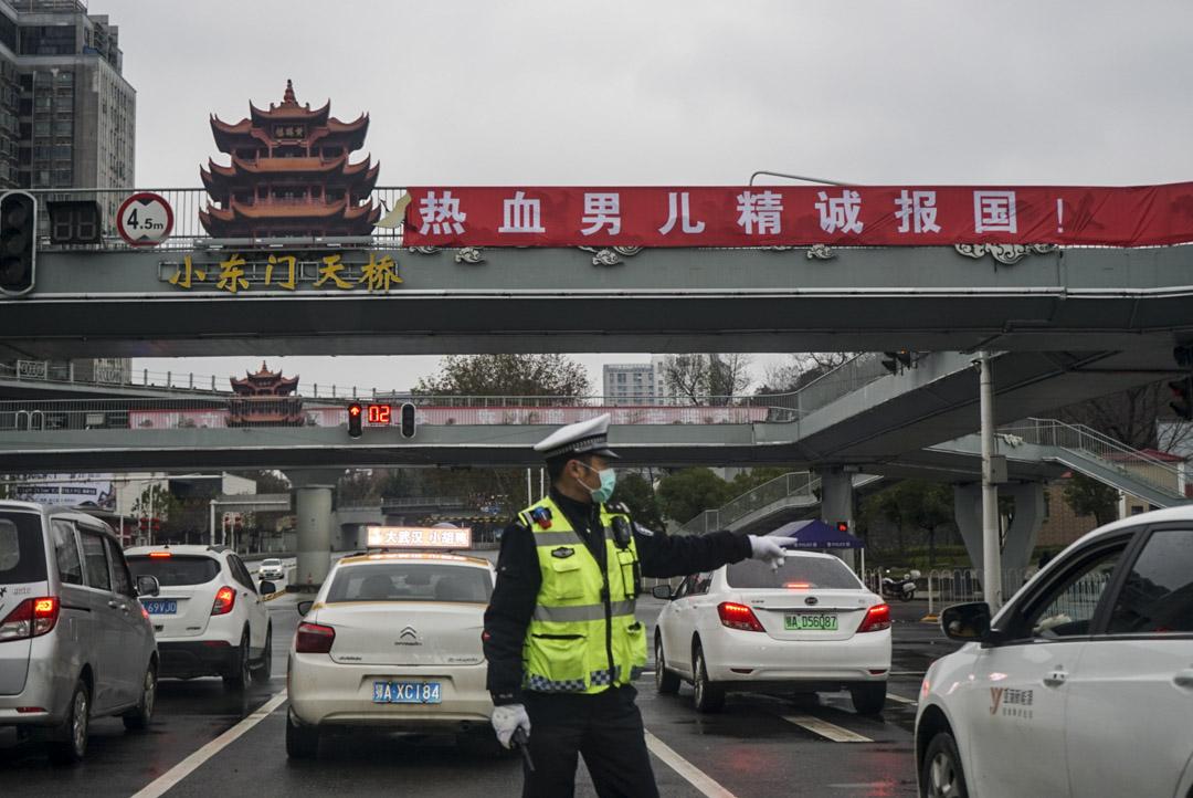 2020年1月26日,武漢市中心城區「禁行」首日,交警攔下私家車輛,叮囑,「不要再上路」。