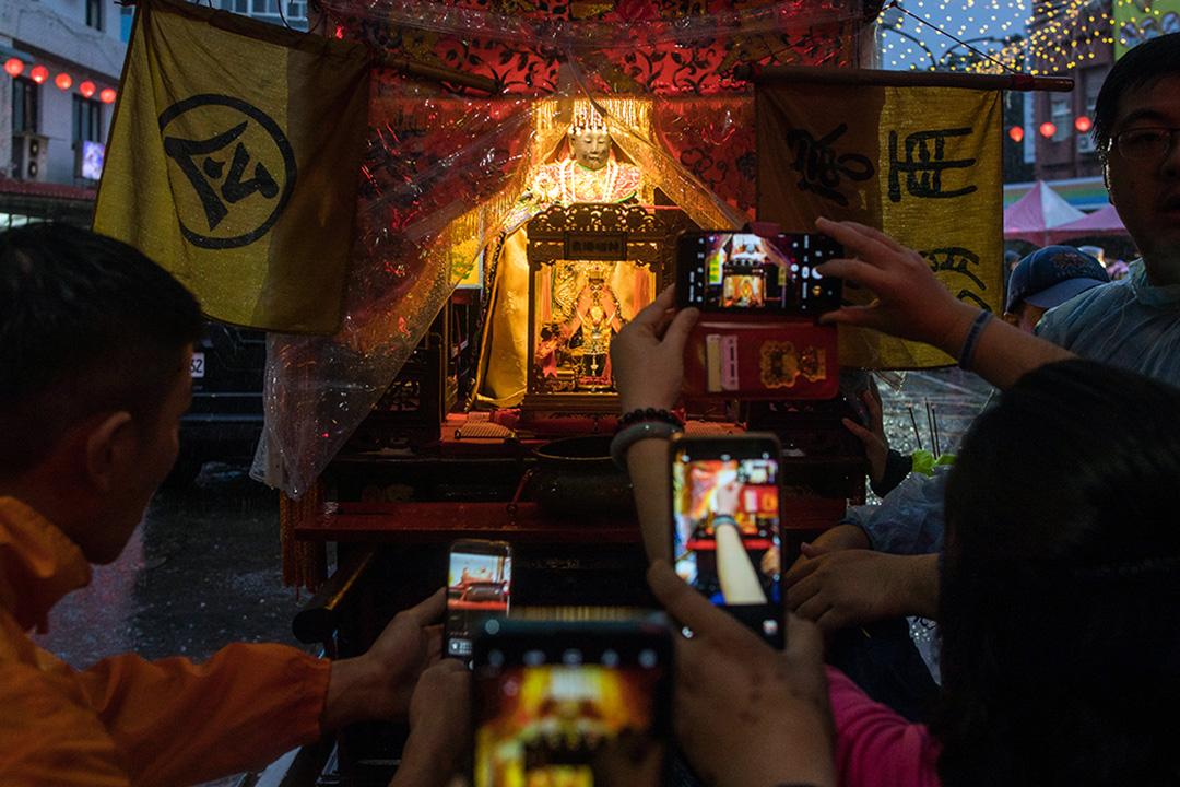 2019年12月30日,蔡英文在金包里慈護宮參拜媽祖,民眾爭相拍攝神像。