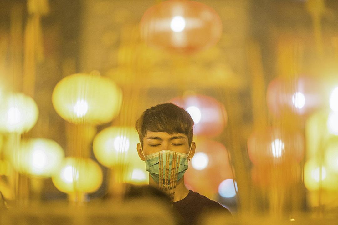 2020年1月24日,年三十晚上的黃大仙廟,市民在上頭柱香。