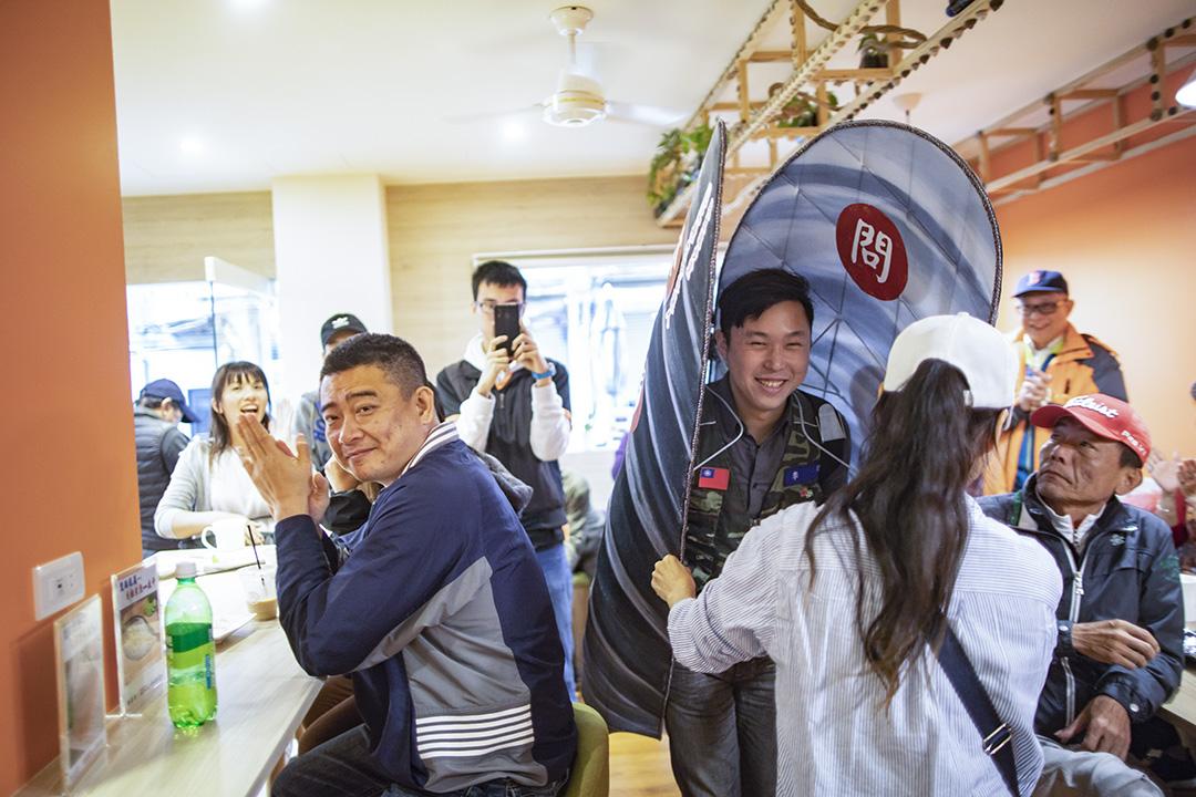 民進黨連江縣立法委員參選人李問將自己扮演成淡菜,四出掃街拜票。