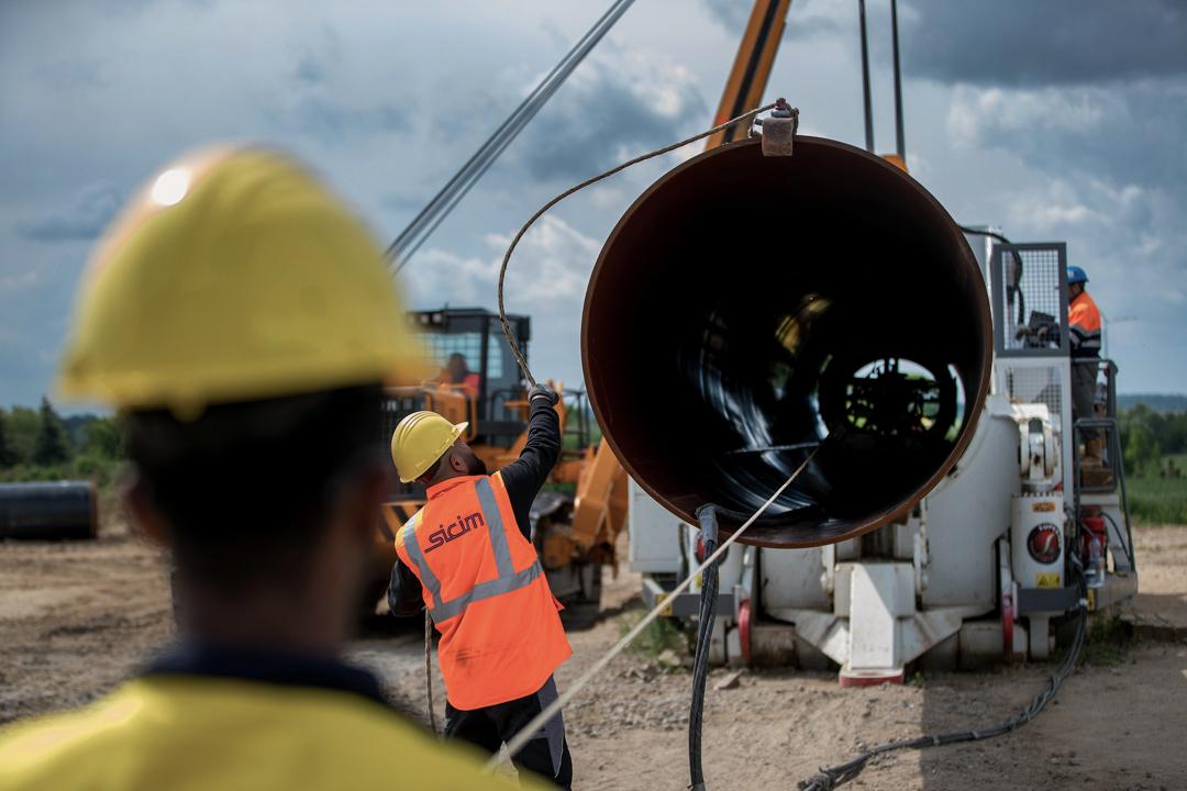 工人正在接駁由德國連接至俄羅斯的北溪二號天然氣管道。