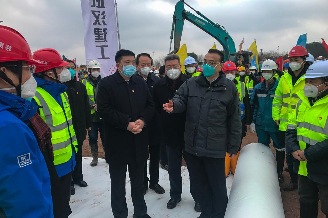 2020年1月27日,國務院總理李克強到訪武漢,視察為疫情而建的新醫院工地。 攝:STR/AFP via Getty Images