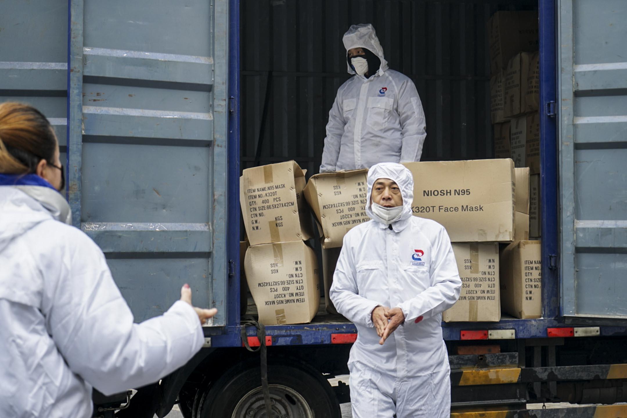 2020年1月26日,車隊志願者卸貨,準備向醫院運送防護用品。 攝:王丹妮/端傳媒