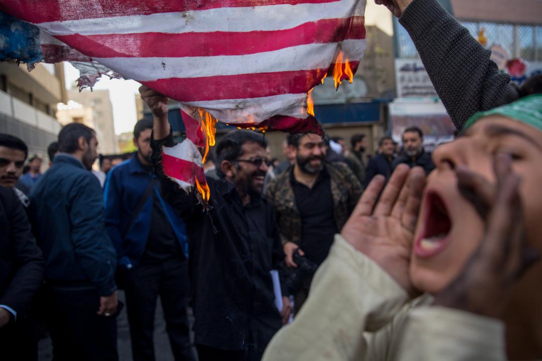 2018年11月4日,伊朗民眾在美國領事館原址外焚燒美國國旗。 攝:Majid Saeedi/Getty Images