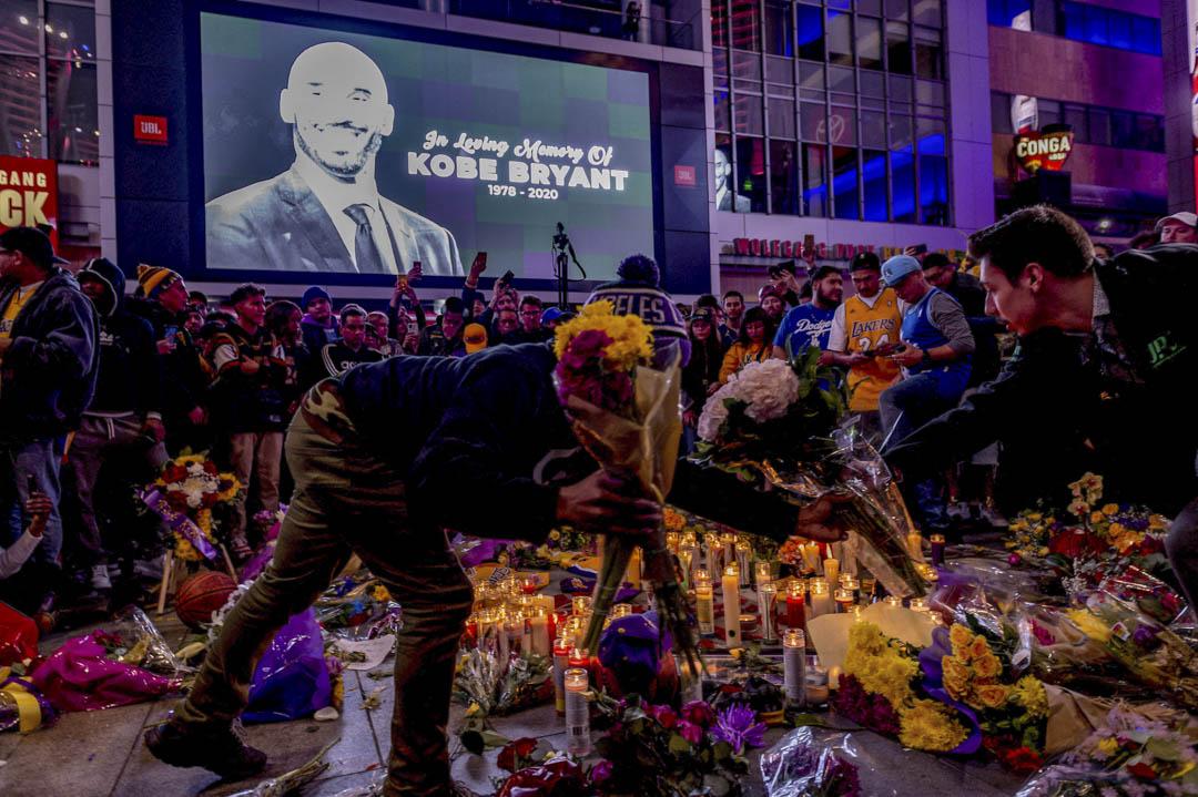 2020年1月26日,眾多球迷在洛杉磯史達普斯中心悼念因空難離世的高比拜仁。 攝:Lionel Hahn/ABACAPRESS.COM