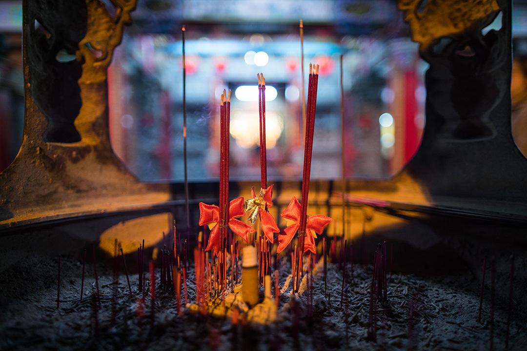 2019年12月22日,總統蔡英文在雲林順天宮參香拜票,有人為香燭繋上蝴蝶結。