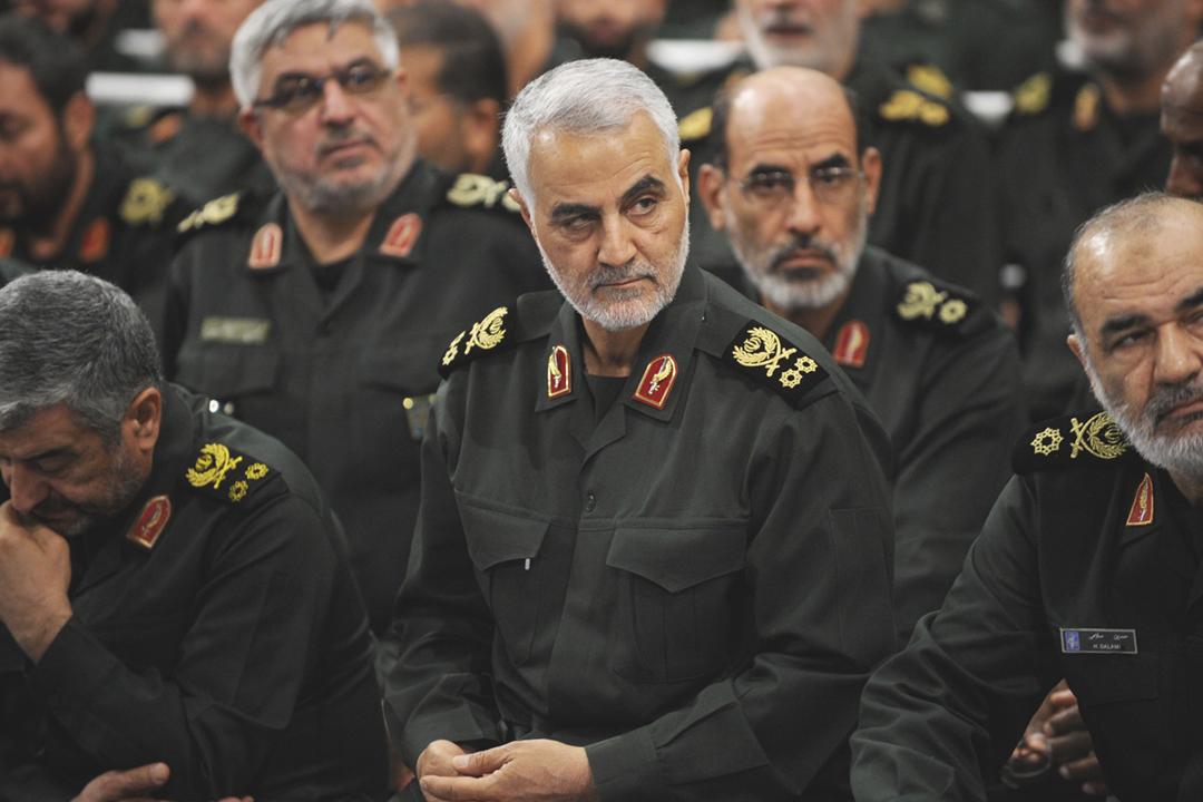 2016年9月18日,伊朗最高領袖哈梅內伊(Ayatollah Ali Khamenei)與革命衛隊召開會議,「聖城旅」指揮官蘇萊曼尼(Qassem Soleimani)在席。 圖片來源:Anadolu Agency via Getty Images