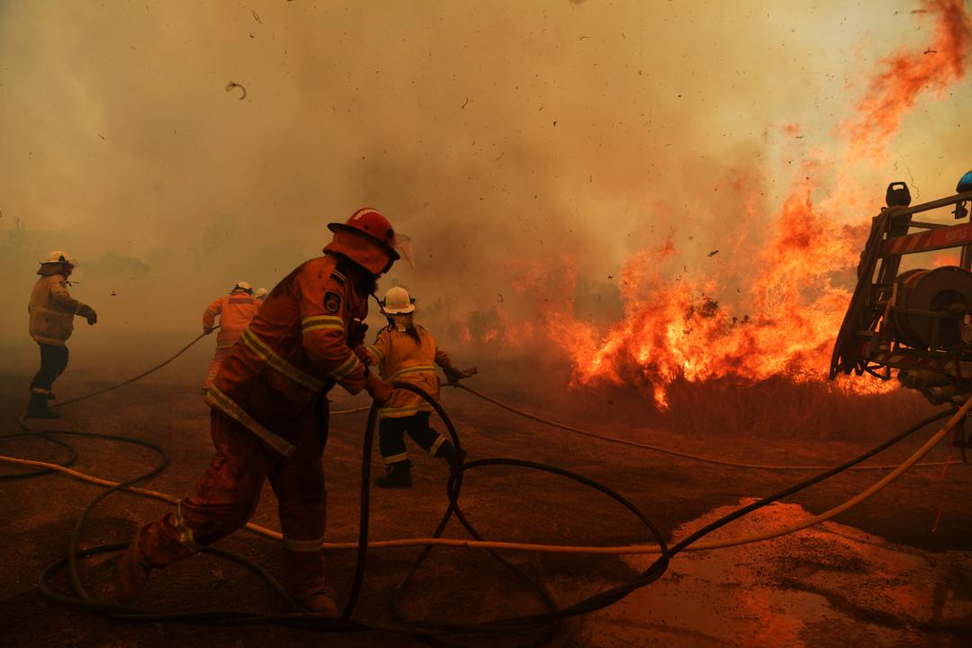 2019年11月13日,澳洲新南威爾斯州的消防員正在救火。 攝:Sam Mooy/Getty Images