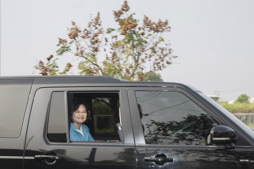 2020年1月7日,蔡英文在車上往下一個地點掃街拜票。
