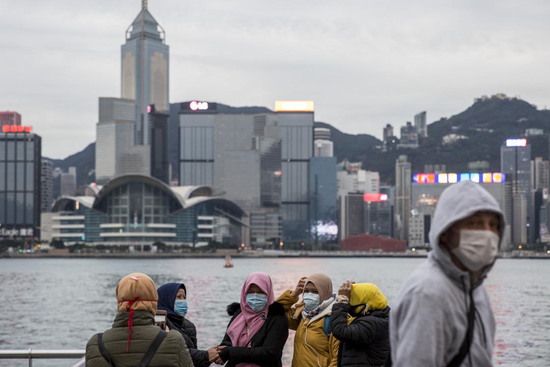 2020年1月27日,尖沙咀海旁,頭戴頭巾的外籍女士都戴上口罩拍照。