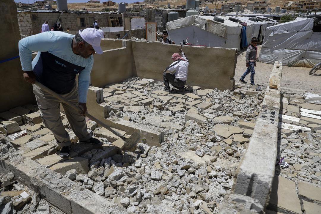 2019年6月,一名黎巴嫩工人正在拆毀原為敘利亞難民居住的屋子。