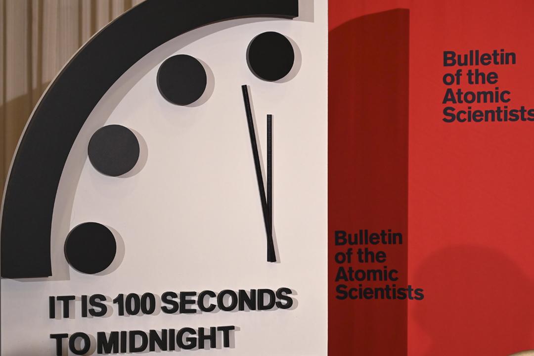 2020年1月24日,《原子科學家公報》委員會宣布將反映世界毁滅趨向的「末日鐘」分針調至距離「午夜」僅餘百秒。 攝:Eva Hambach / AFP via Getty Images