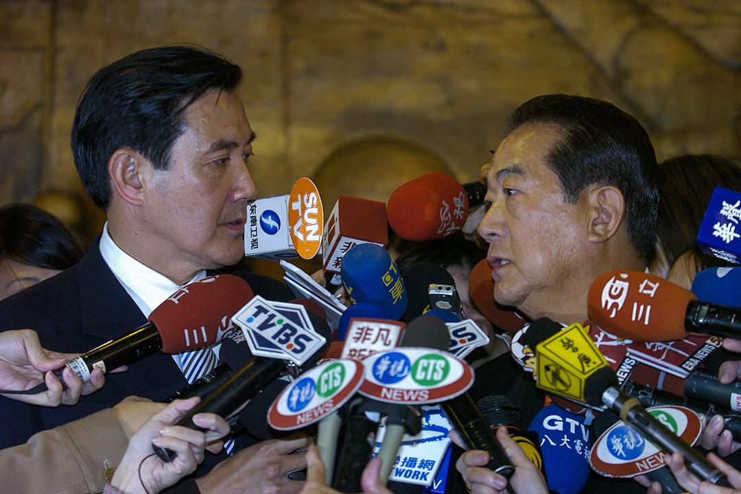 2005年12月12日,國民黨主席馬英九和親民黨主席宋楚瑜在台北舉行的一次會議後向媒體發表講話。