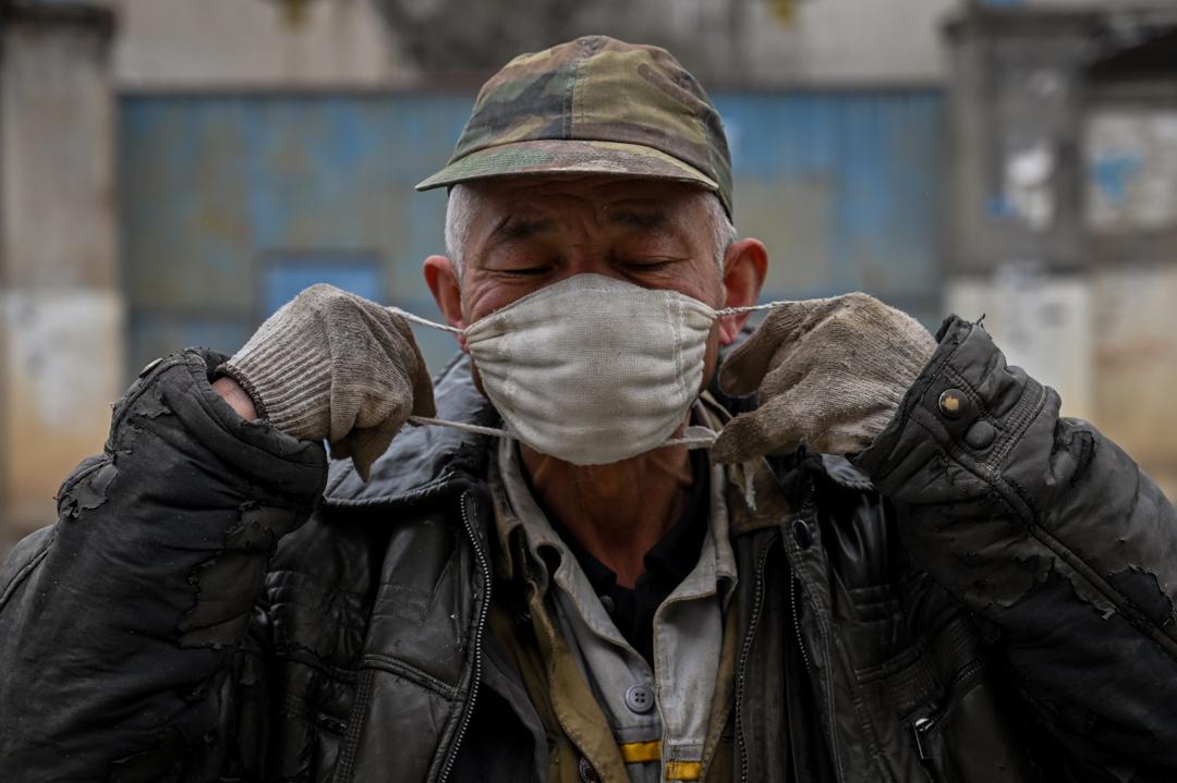 2020年1月27日,武漢的一名男子戴上口罩。