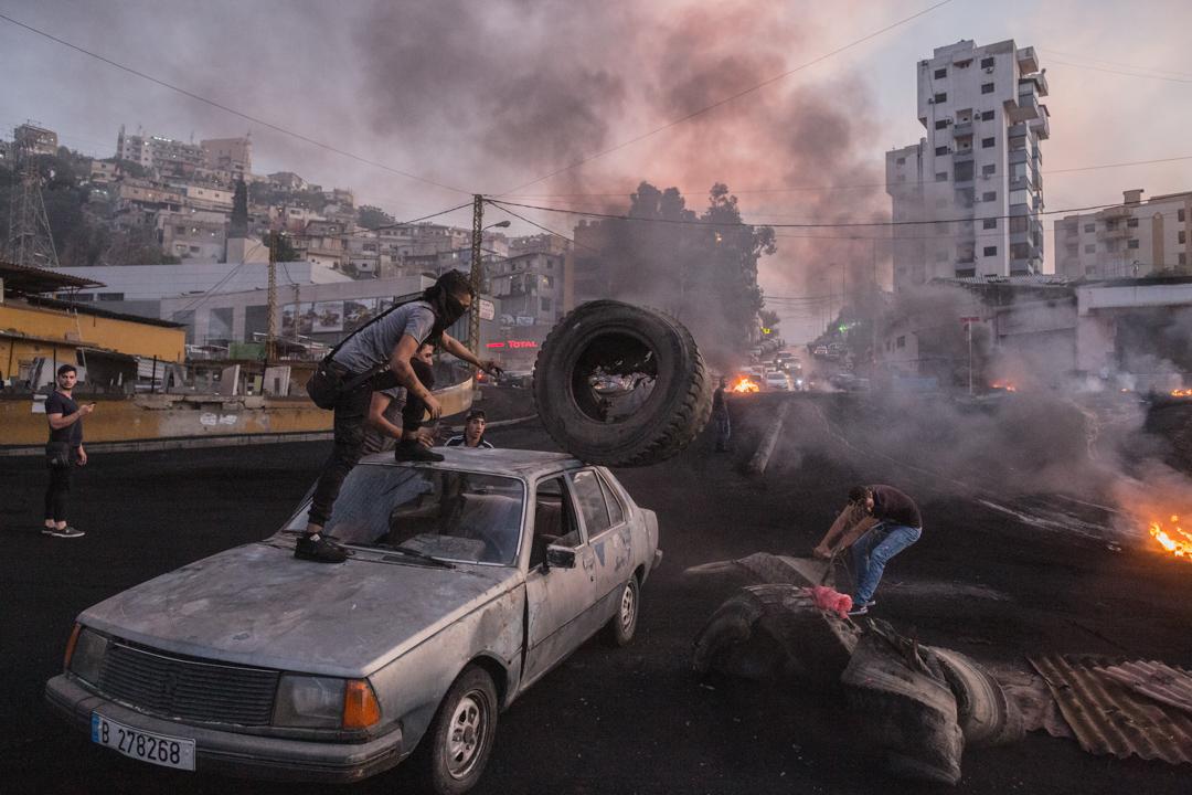 2019年10月18日,黎巴嫩反政府示威者在街頭上堵路。