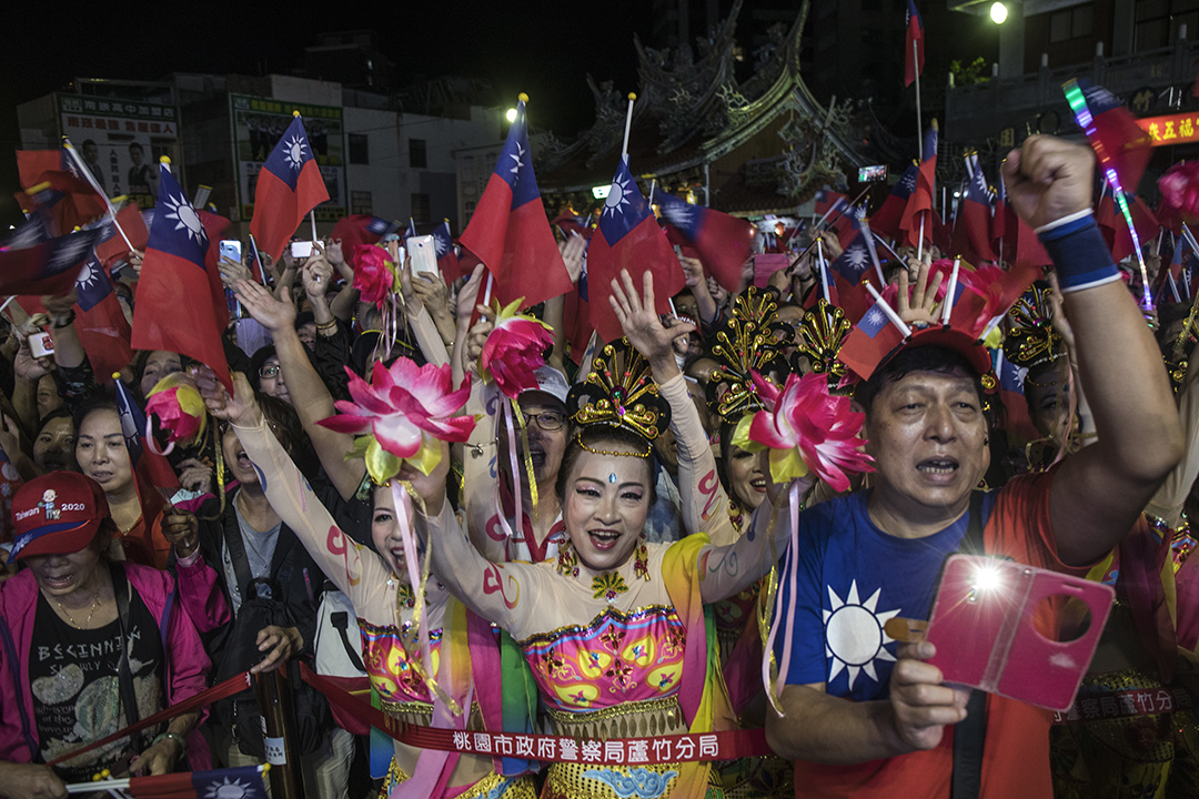 2019年11月1日,總統候選人韓國瑜在桃園一間宮廟前造勢,韓國瑜參拜上台演講,台下的支持者歡呼。