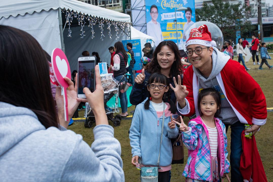 2019年12月22日,立委無黨籍候選人李縉穎參加耶誕園遊會,並與市民拜票。