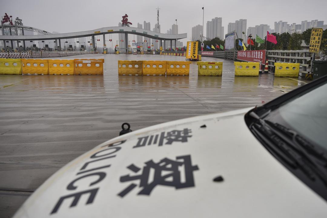 2020年1月25日,為限制居民離開武漢市,一輛警車停在公路上駐守。