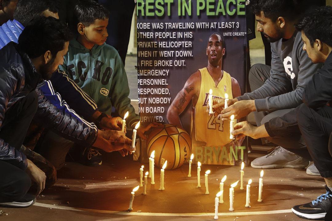 2020年1月27日,印度古爾岡的籃球運動員點燃蠟燭向高比拜仁致敬。