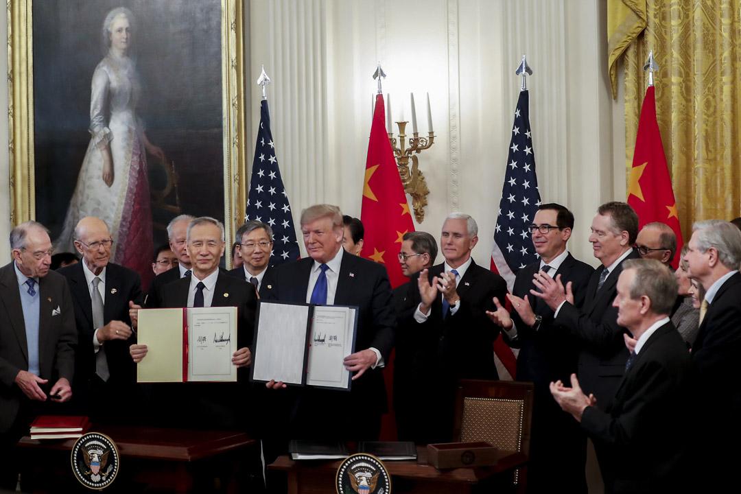 2020年1月15日,美國白宮,特朗普與劉鶴簽署中美第一階段貿易協定。 攝:Zach Gibson/Bloomberg via Getty Images