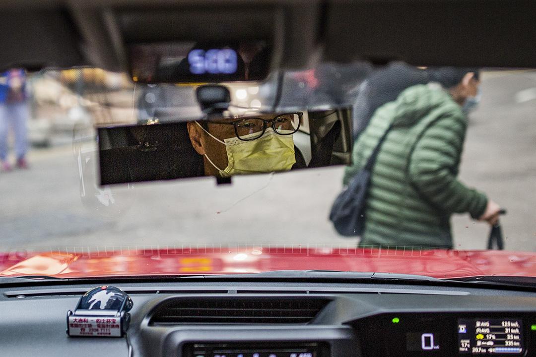 2020年1月26日,一名計程車司機戴著口罩駕駛。