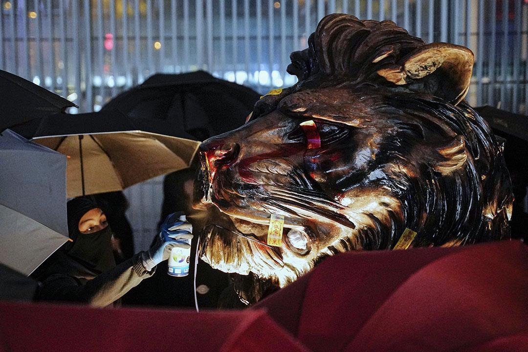 2020年1月1日,示威者向匯豐銀行的獅子像噴漆。