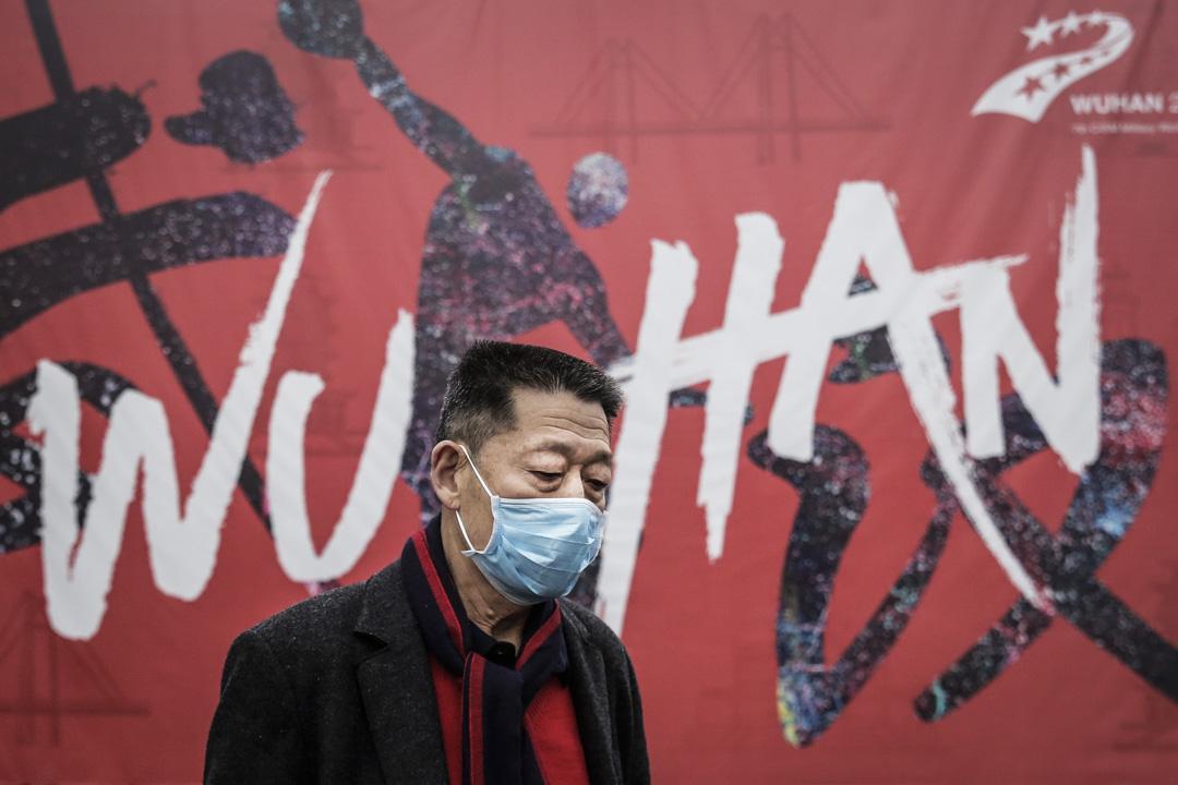 2020年1月22日,武漢市一名男士戴著口罩走在街上。