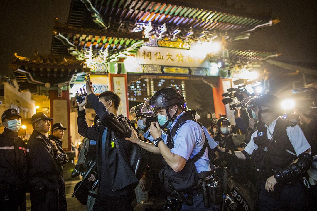 2020年1月24日,黃大仙廟外,一名示威者被警察拘捕。