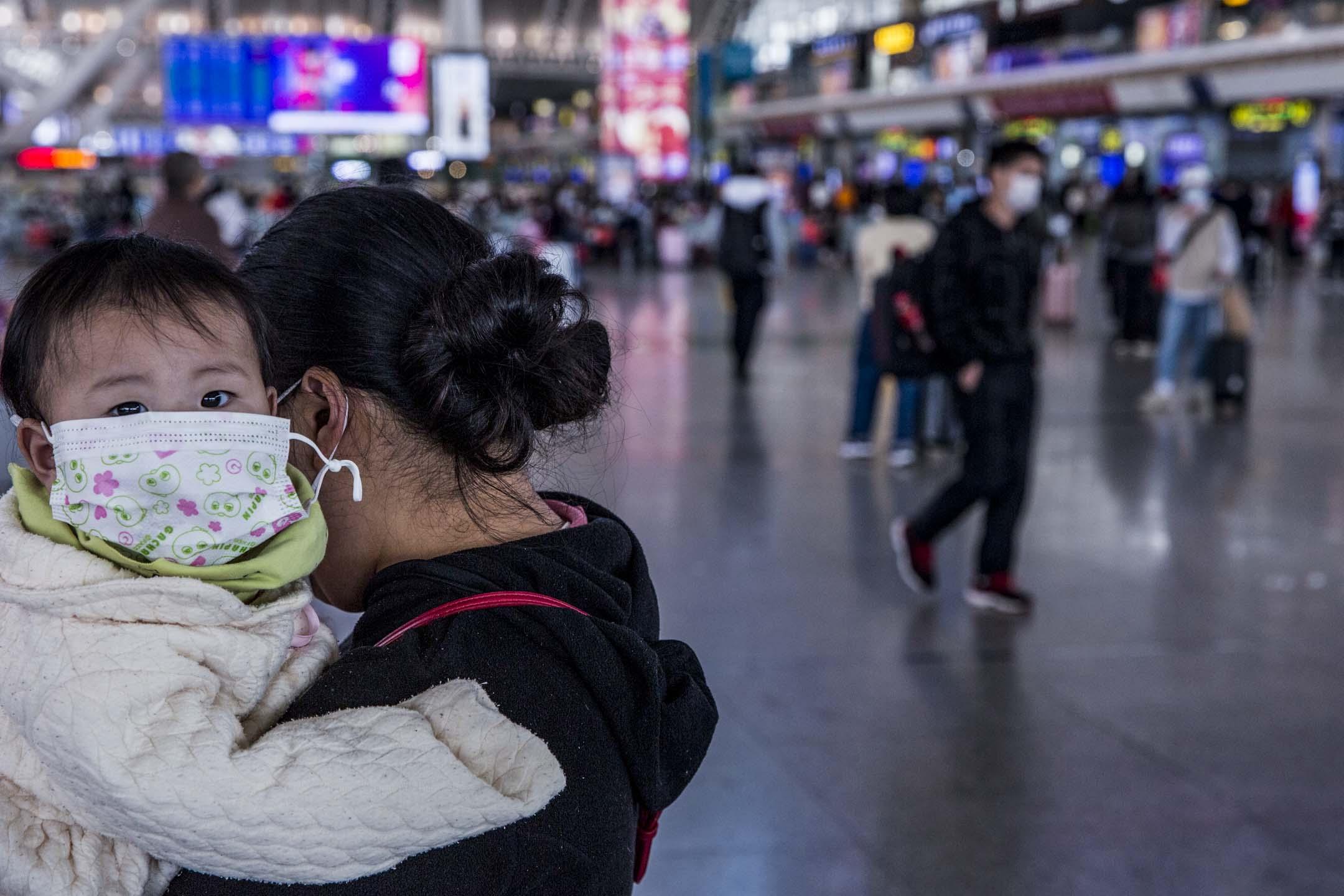 2020年1月26日,廣州南站的不少旅客都戴上了口罩。 攝:林振東/端傳媒