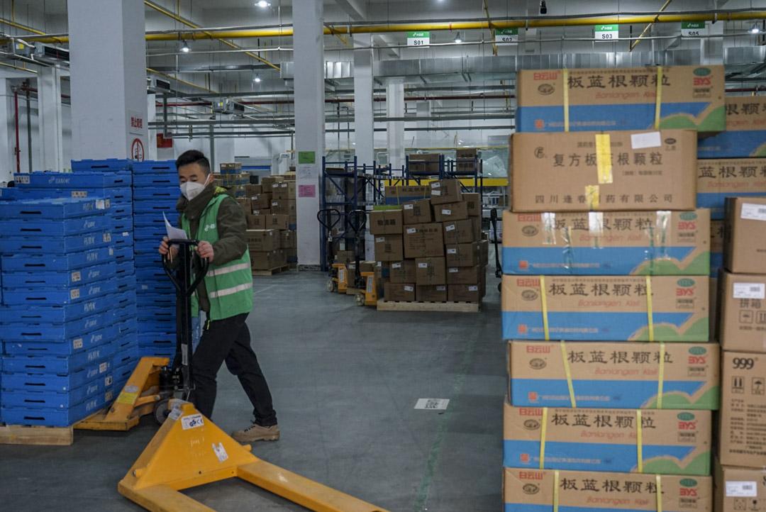 2020年1月26日,武漢市一家藥廠的工人在倉庫準備貨物。