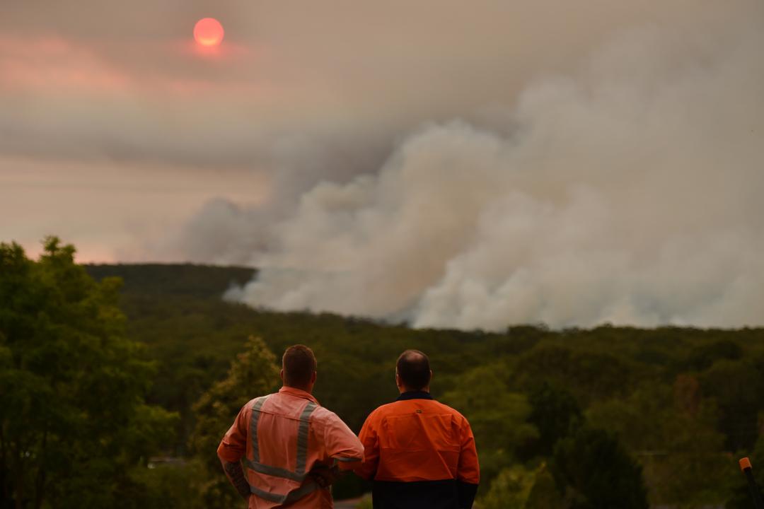 2019年12月19日,位於雪梨西南方的Bargo,兩名居民在眺望遠處的山火。