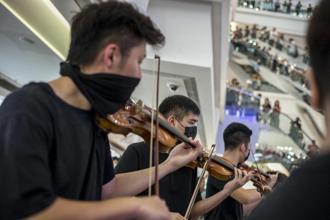 2019年10月18日,又一城商場有市民集體高唱〈願榮光歸香港〉。