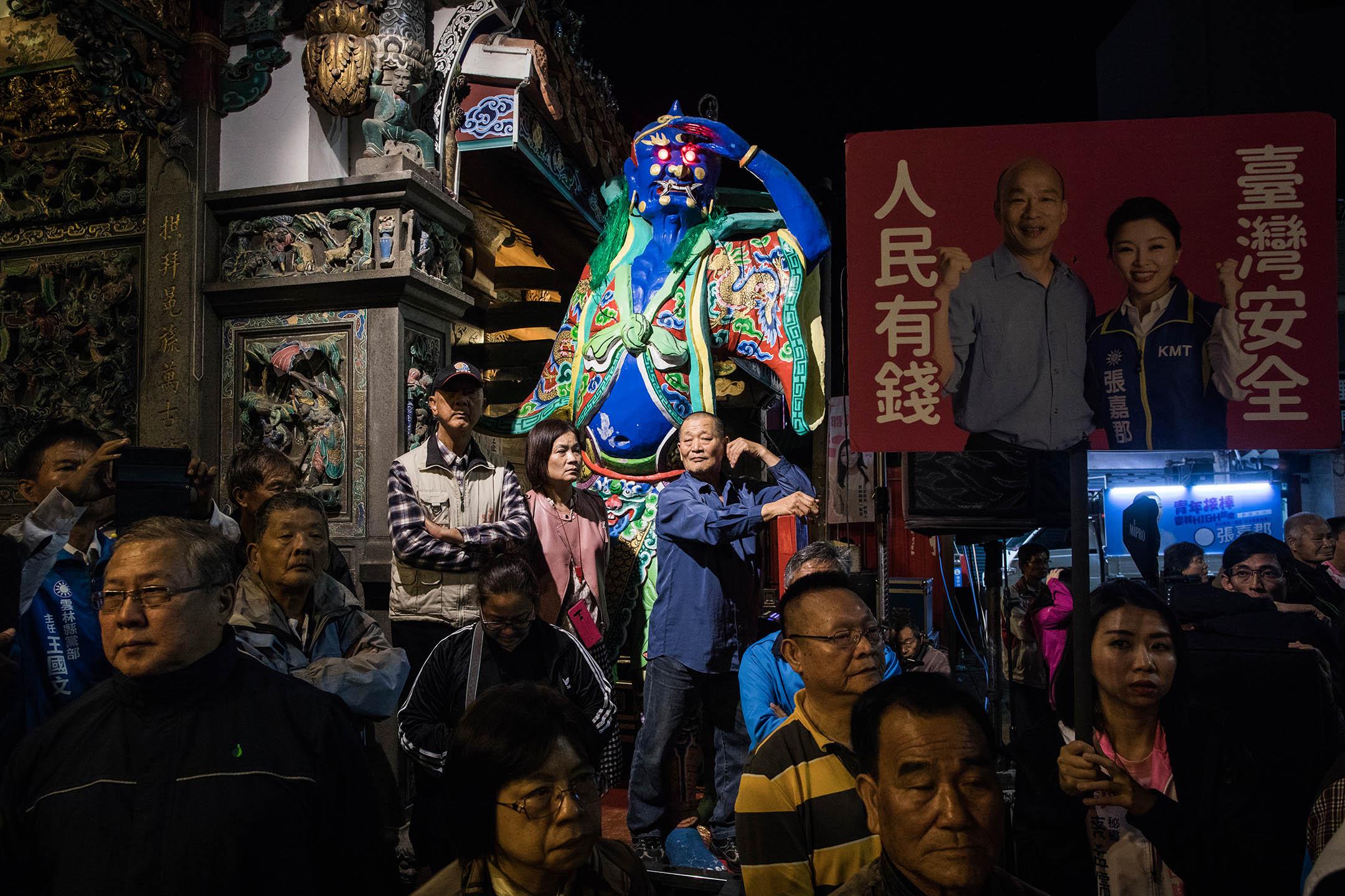 2019年12月14日,台灣雲林市麥寮拱範宮,民眾等待總統候選人韓國瑜進廟拜祭媽祖。