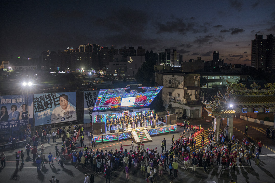 2019年11月1日,總統候選人韓國瑜在桃園五福宮廟前造勢,民眾圍著一架舞台車欣賞表演。