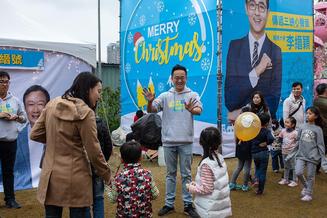 2019年12月22日,立委無黨籍候選人李縉穎參加耶誕園遊會,並與市民拜票。 攝:Eason Lam/端傳媒