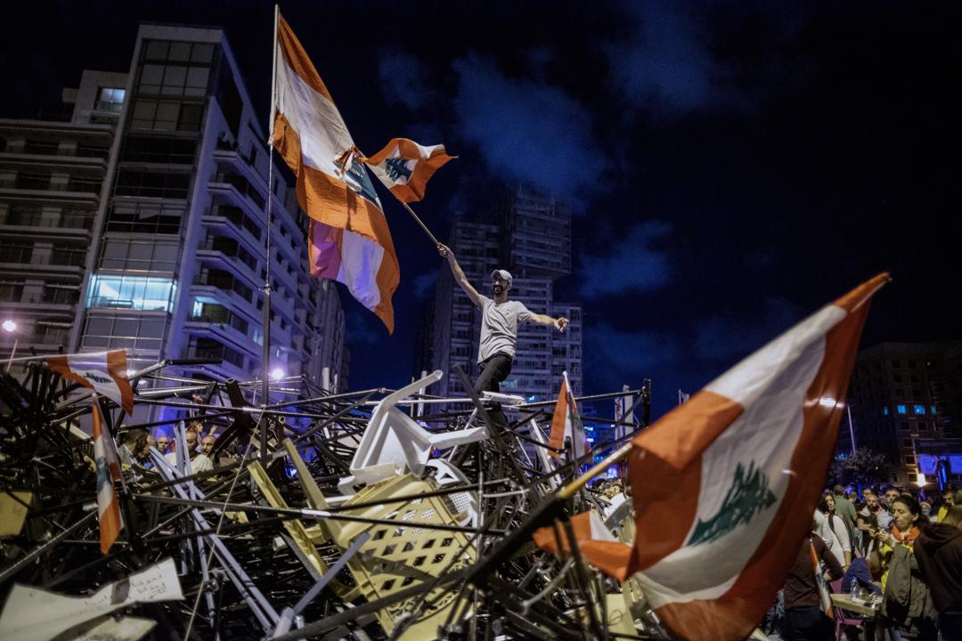 2019年10月29日,黎巴嫩反政府示威者舉起國旗。