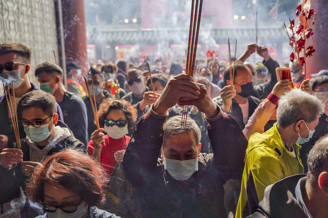 2020年1月26日,年初二,不少市民戴著口罩到沙田車公廟上香。