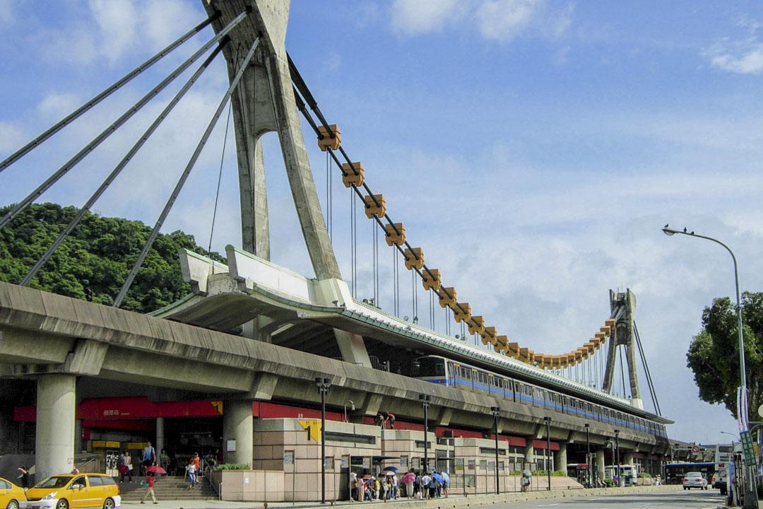 淡水線的劍潭站站體外觀設計成「龍舟造型」。