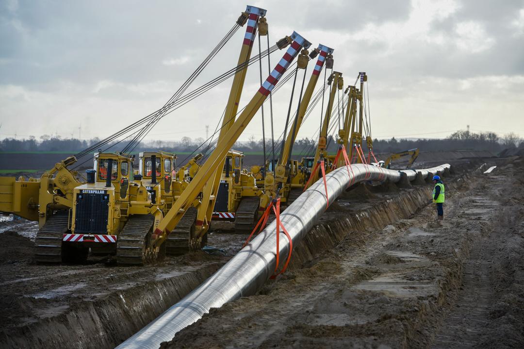 工人正在接駁由德國連接至俄羅斯的北溪二號天然氣管道。 攝:Stefan Sauer/picture alliance via Getty Images