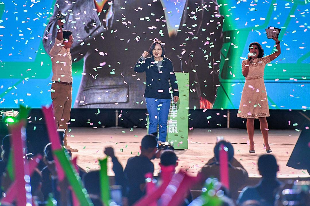 2019年12月3日,「社群之夜-人蔘衝一波」在南港展覽館2 館舉行,總統蔡英文(後中)出席,在台上接受支持群眾歡呼。