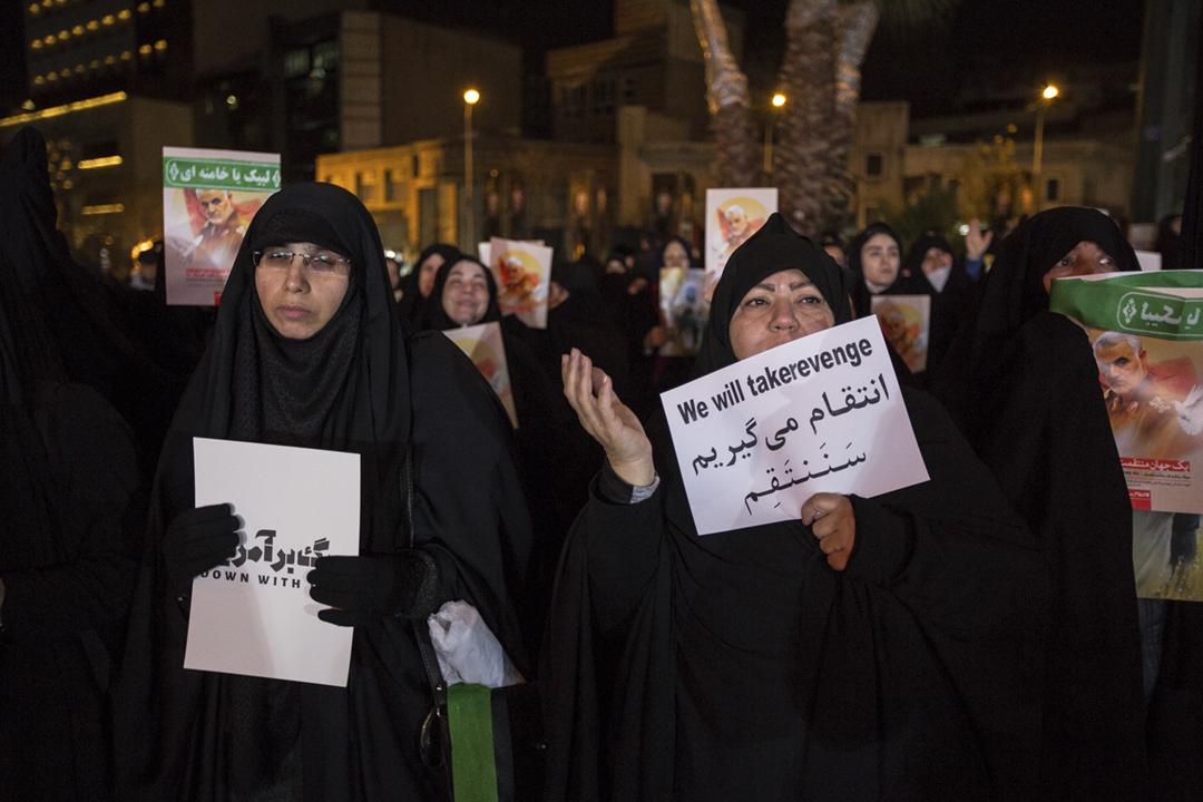 2020年1月7日,伊朗首都德黑蘭繼續有民眾悼念遭美軍擊殺的革命衛隊「聖城旅」指揮官蘇萊曼尼(Qassem Soleimani),其中一名女性手持「我們會報復」的標語。 攝:Hamid Vakili / NurPhoto via Getty Images