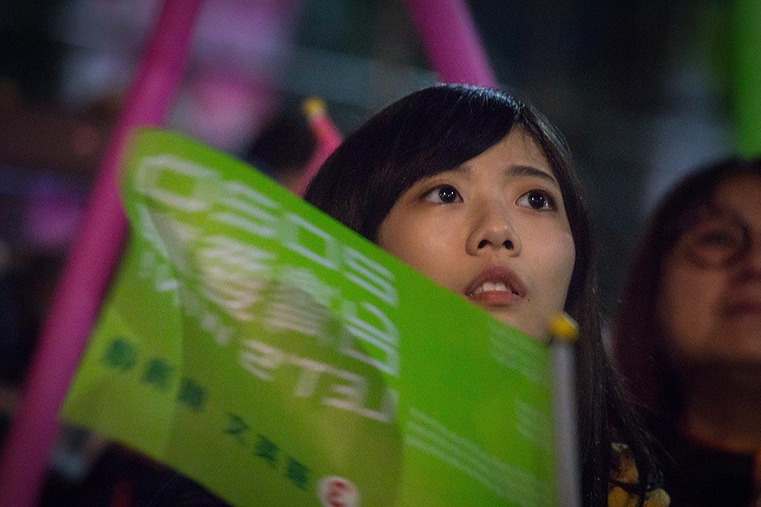 2020年1月7日,蔡英文嘉義的造勢晚會,一名支持者在台下看表演。