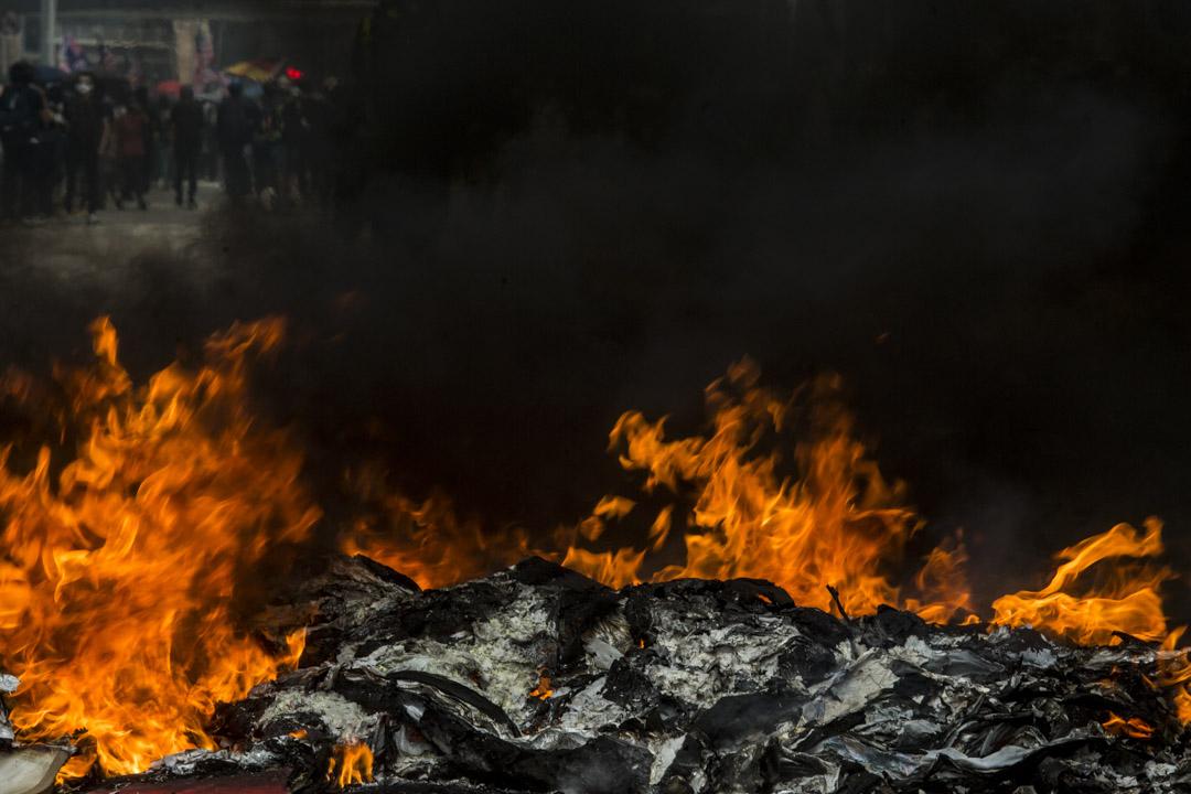 2019年9月29日,示威者在金鐘焚燒雜物。