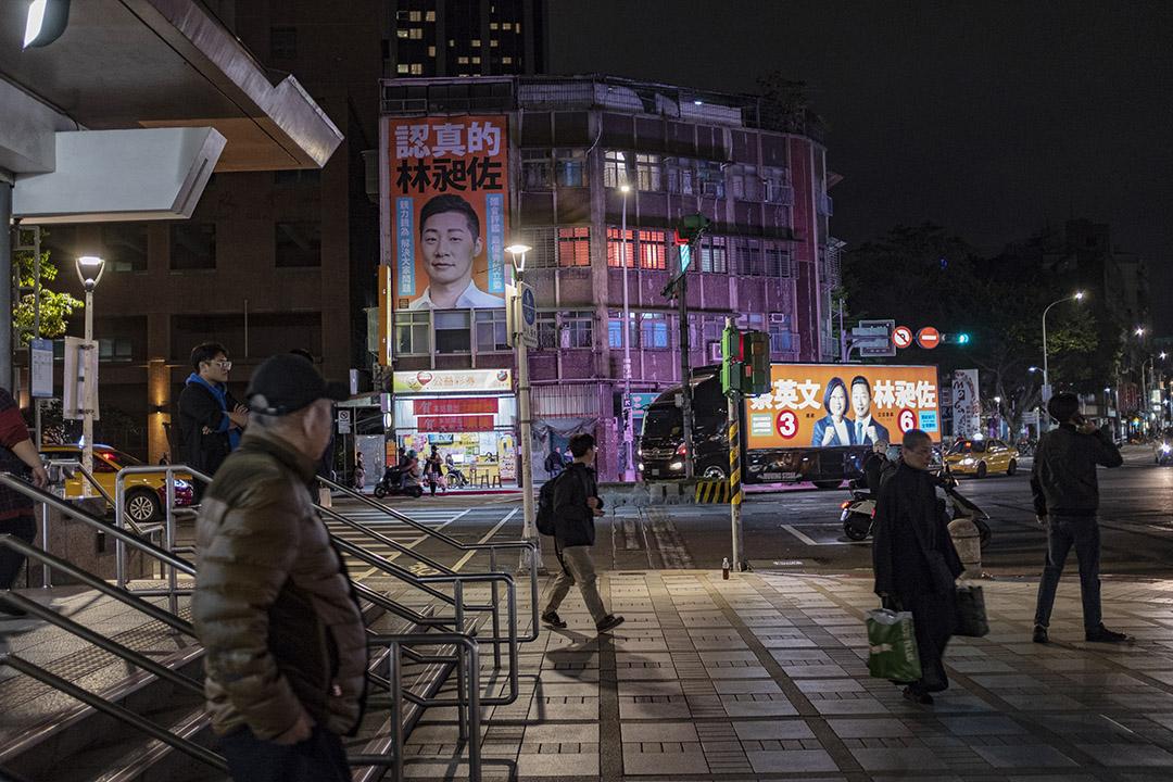 2019年12月25日,台北龍山寺捷運站出口。